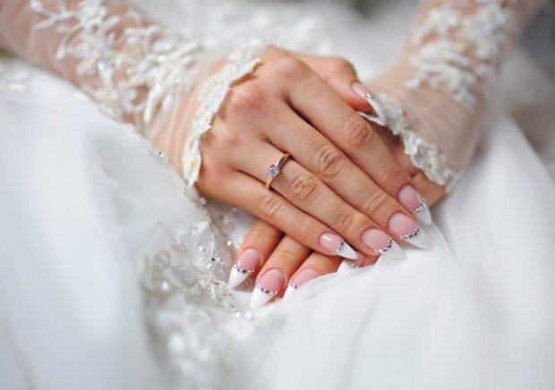 белый маникюр 2018 свадебный французский с камнями