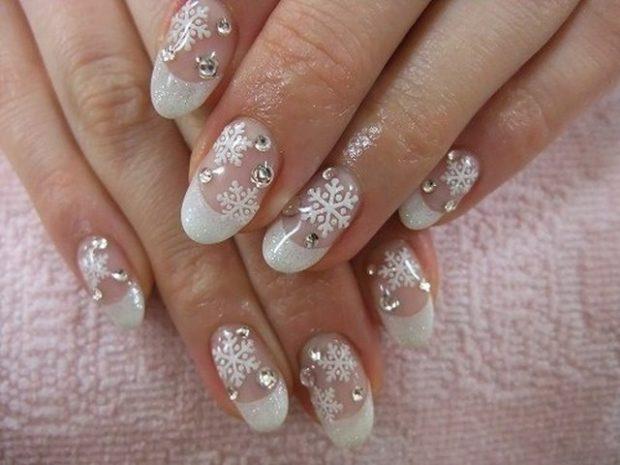 белые ногти 2018 снежинки с камушками