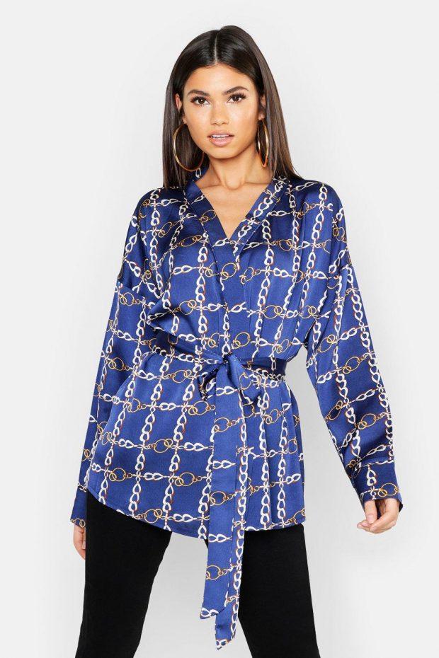 синяя блузка с длинным рукавом