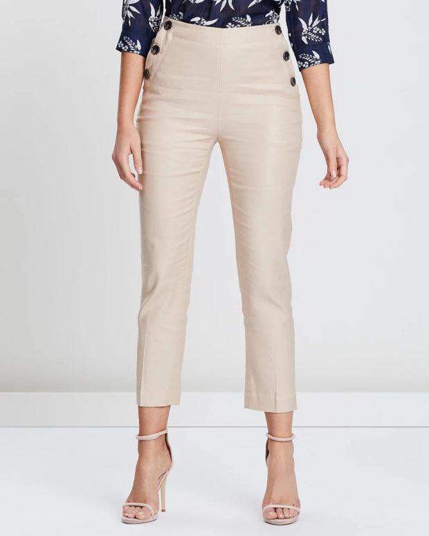 женские брюки 2020: бежевые укороченные