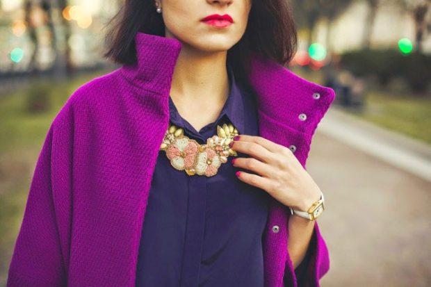 с чем сочетается синий цвет с фиолетовым пальто