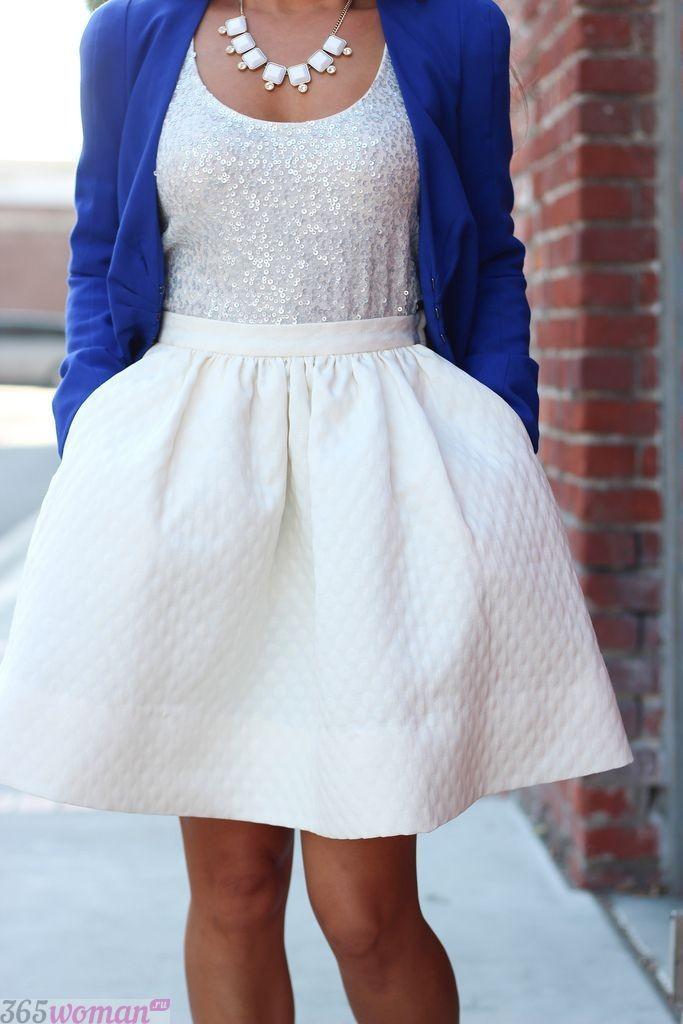 с чем сочетается синий цвет с белым платьем