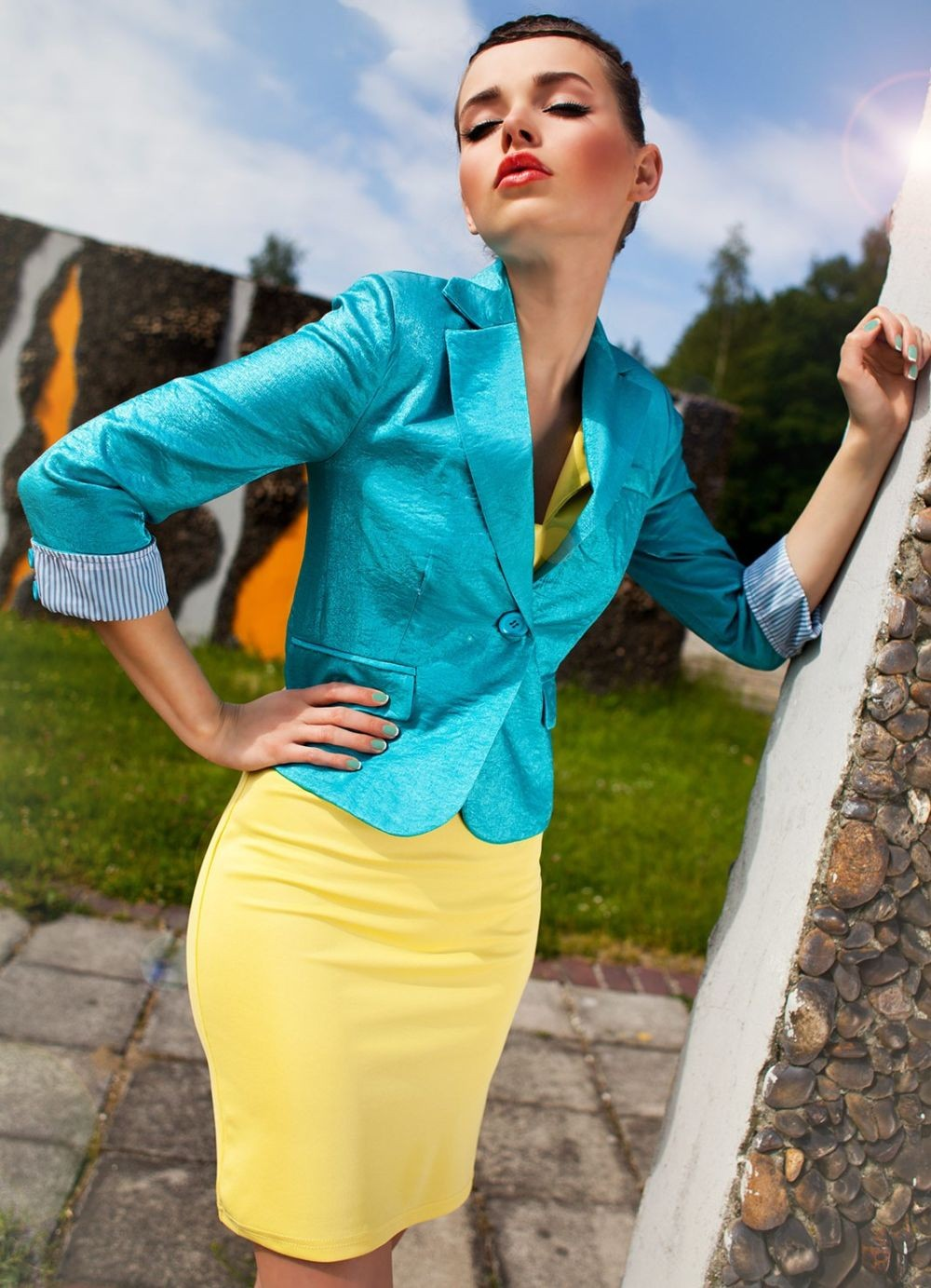 с чем сочетается синий цвет с желтой юбкой