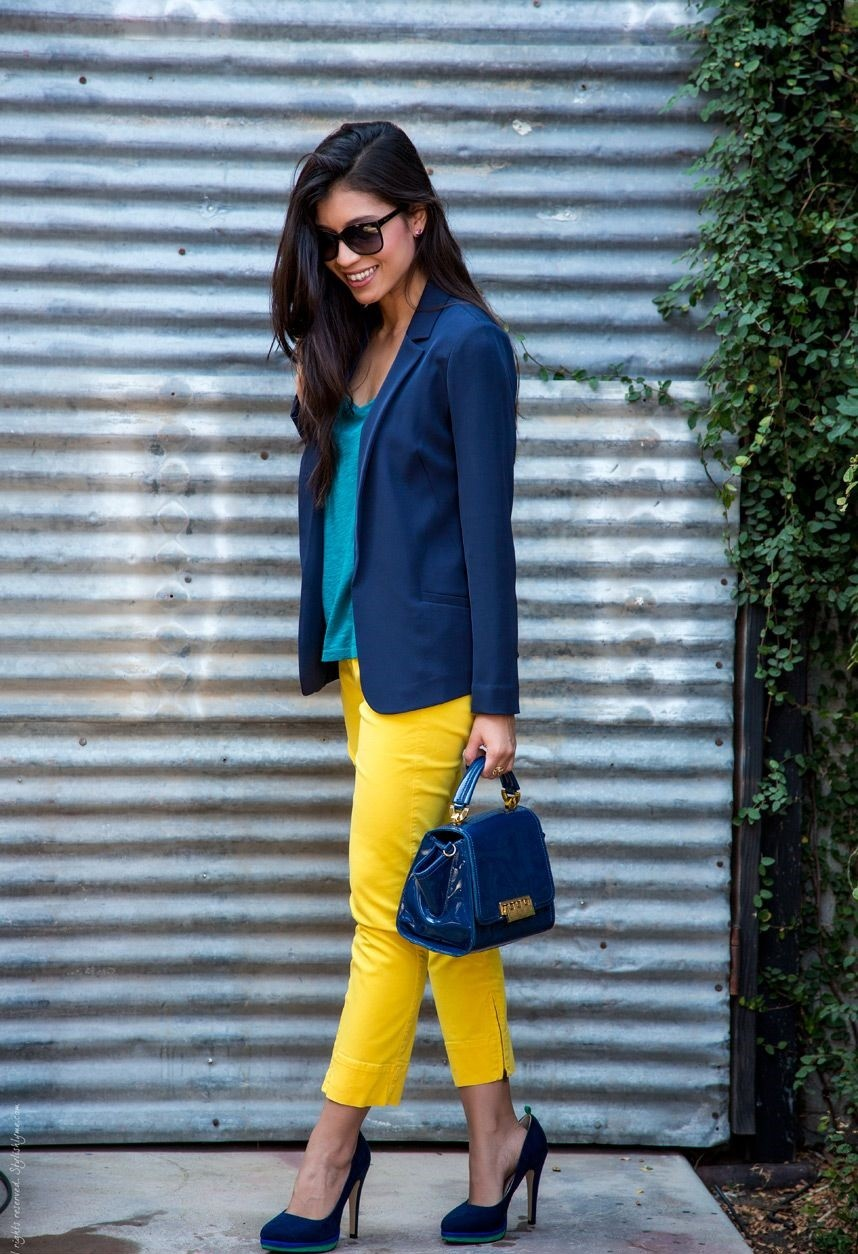 с чем сочетается синий цвет с желтыми бриджами