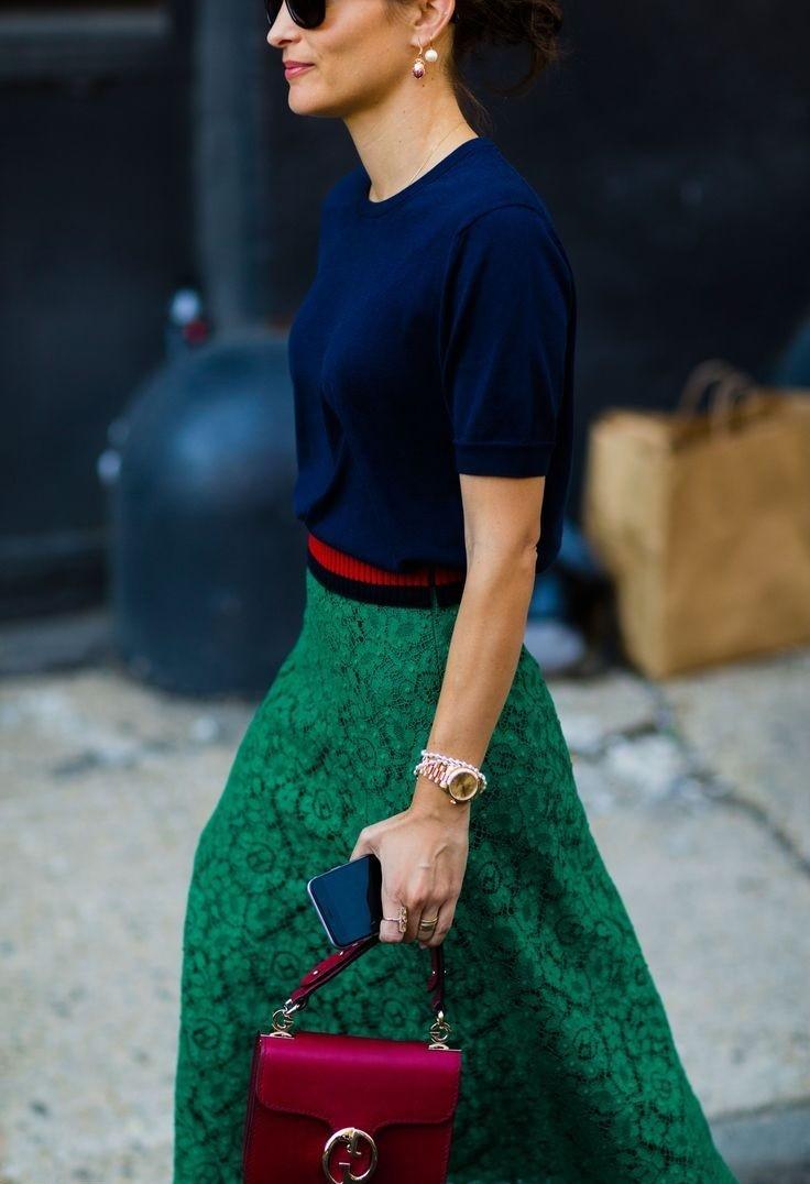 с чем носить синий цвет с зеленой юбкой
