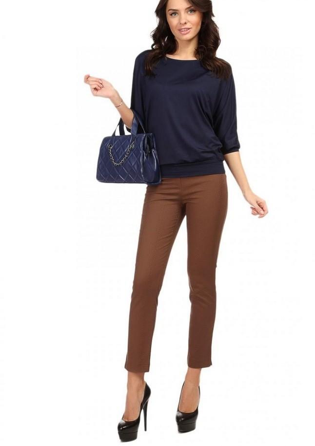с чем сочетается синий цвет с коричневыми брюками