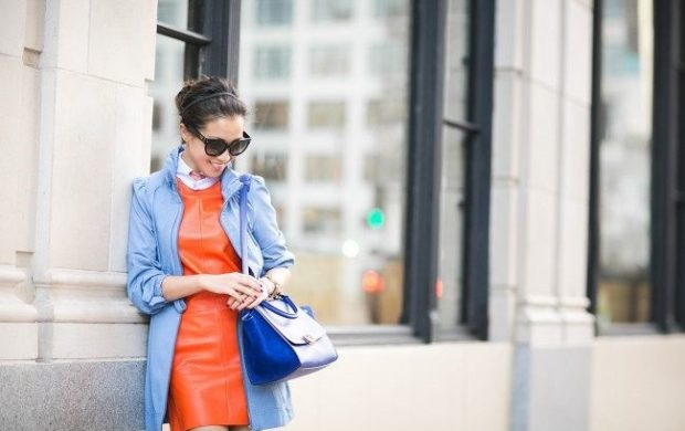 с чем носить синий цвет с оранжевым платьем