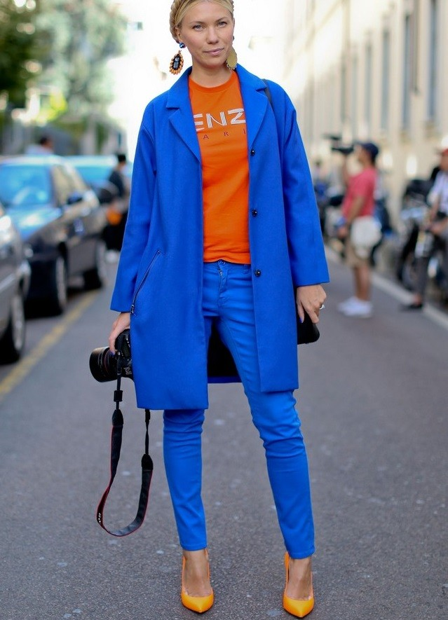 с чем носить синий цвет с оранжевой футболкой