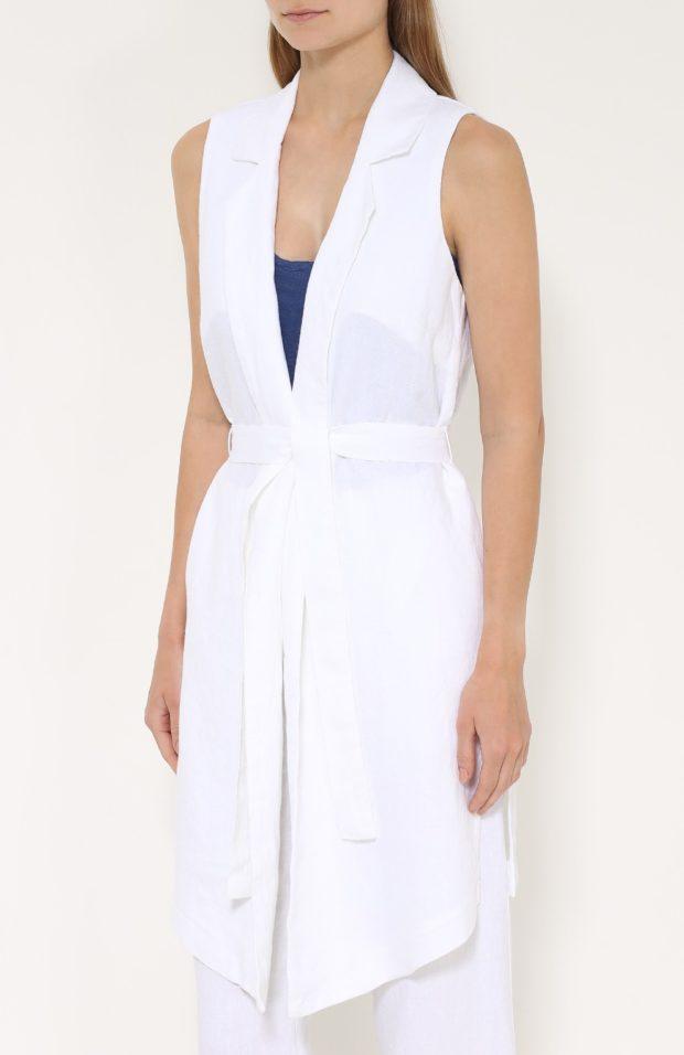 с чем носить удлиненный жилет без рукавов: белый из льна
