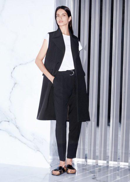 фото с чем носить жилет удлиненный черный строгий без рукавов