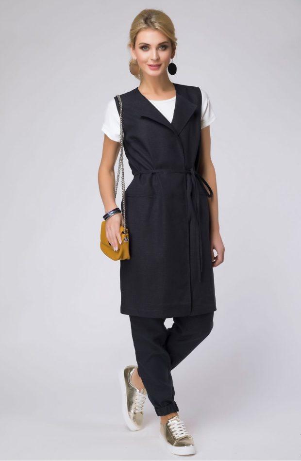 с чем носить удлиненный жилет без рукавов: черный с поясом лен