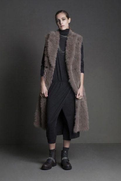 с чем носить жилет удлиненный серый меховой без рукавов фото