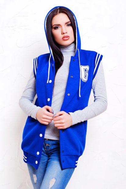с чем носить жилет удлиненный без рукавов спортивный синий с капюшоном фото