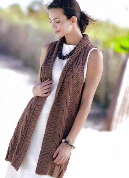 с чем носить жилет удлиненный вязаный с узором коричневый без рукавов фото