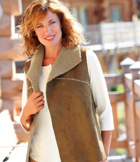 с чем носить удлиненный жилет без рукавов: замшевый с раскладным воротом