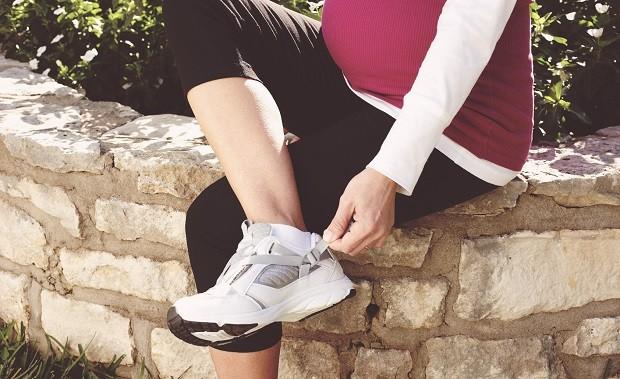 модная одежда для беременных 2019: кроссовки белые
