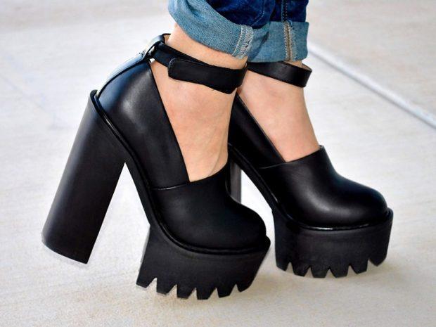 с чем носить обувь на тракторной подошве: джинсы подвернутые