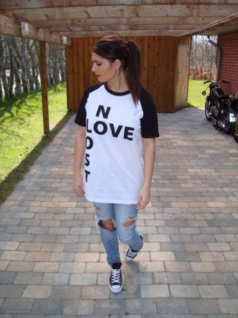 луки 2018 2019: белая футболка с надписями
