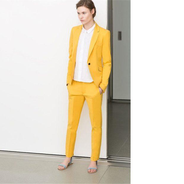 костюм брючный желтый