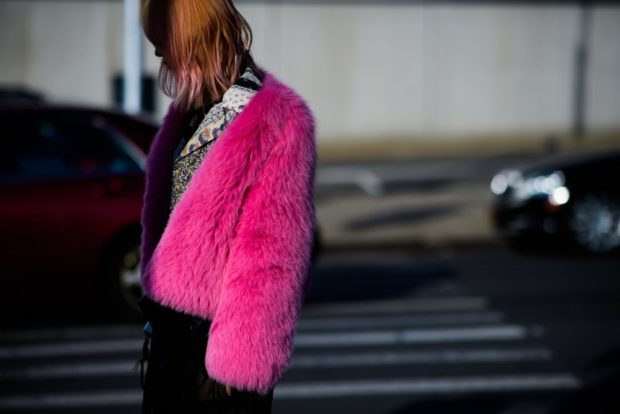 зимние луки: шубка розовая короткая