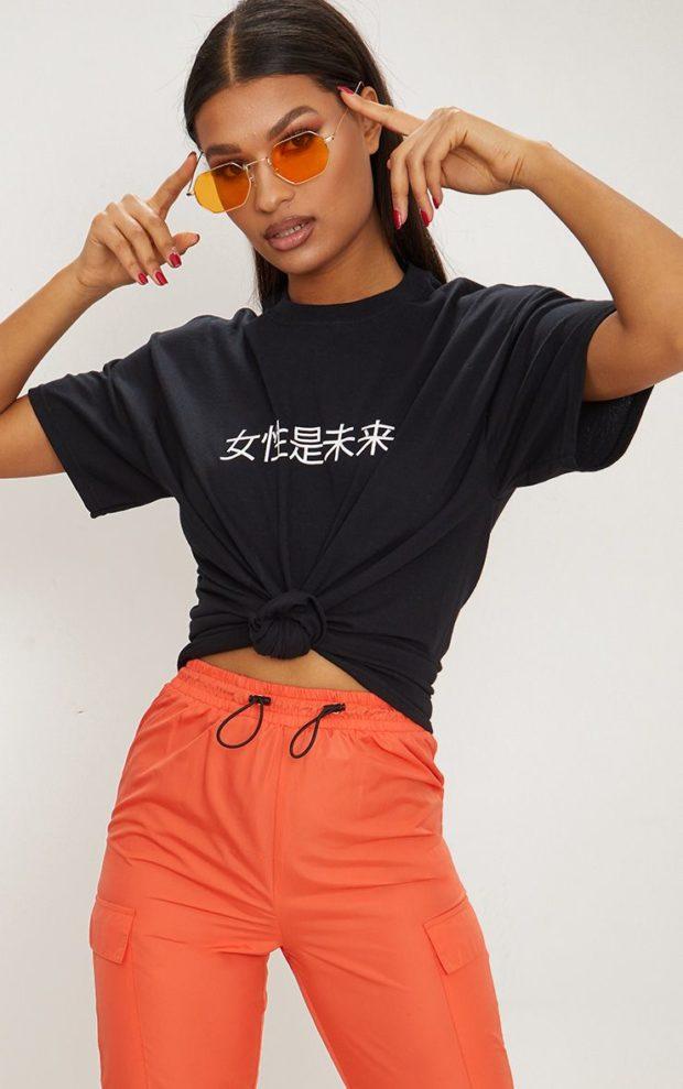 черная футболка с надписью под коралловые штаны