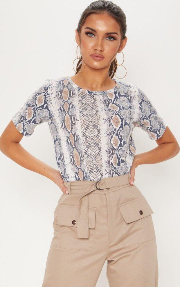 футболка принт змея под бежевые штаны
