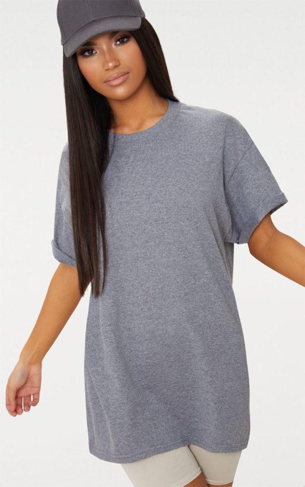 серая футболка оверсайз под белые шорты