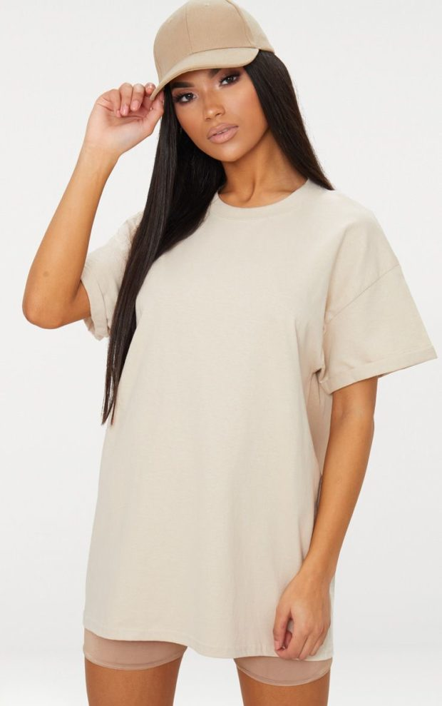 белая футболка под бежевые шорты