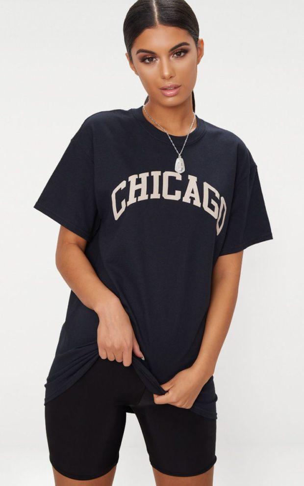 темно-синяя футболка под черные штаны