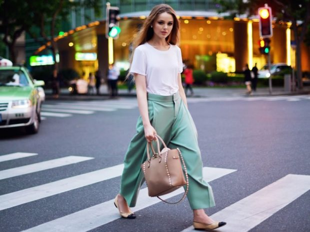 модные брюки 2018 кюлоты салатовые под балетки и футболку