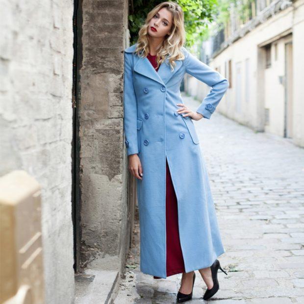 пальто голубое с пуговицами