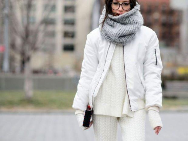 белый пуховик серый шарф