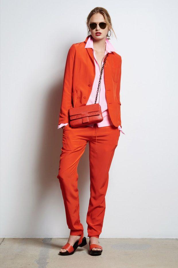женские костюмы: брючный красный