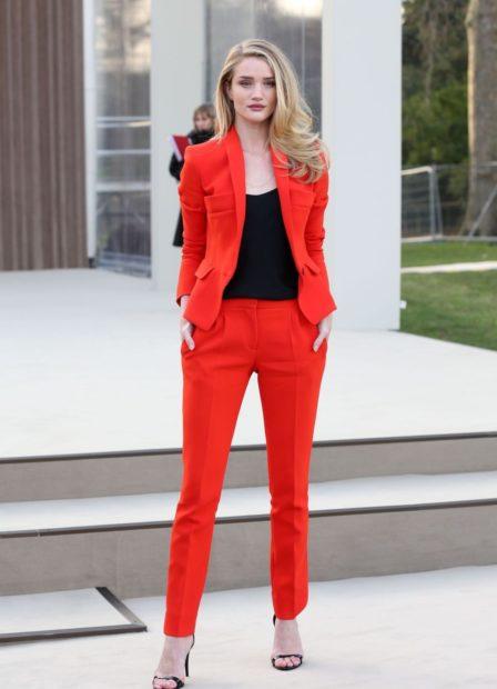 модные костюмы 2018 красный брючный классический
