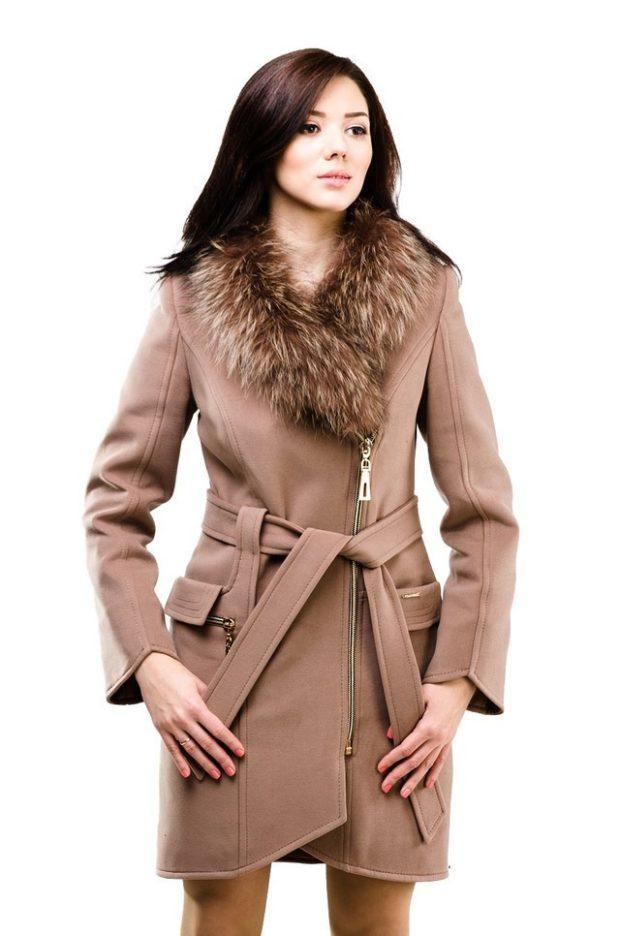 пальто осень-зима: коричневое ворот меховой