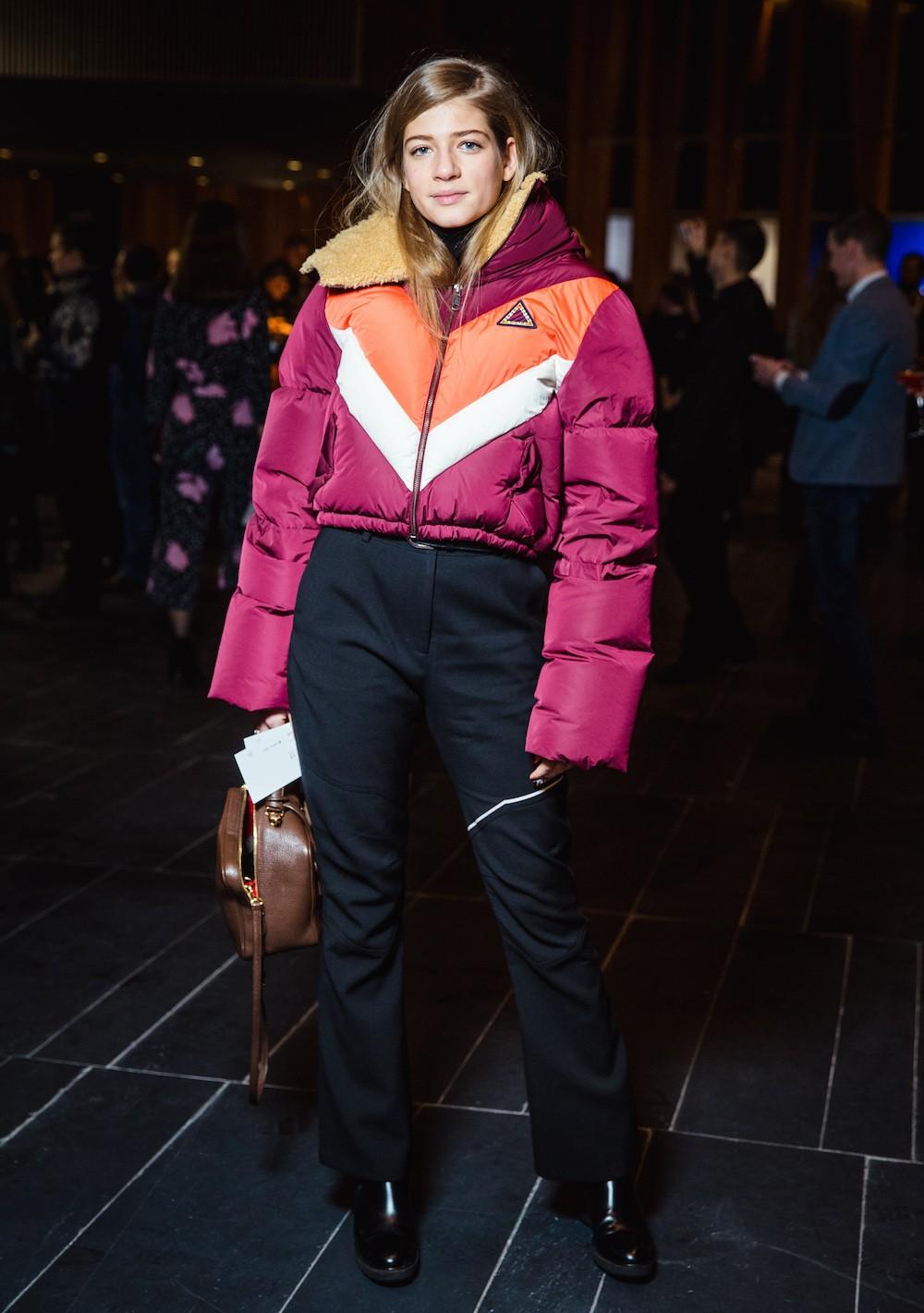 модные пуховики осень зима 2018 2019: куртка короткая фиолетовая с яркими вставками