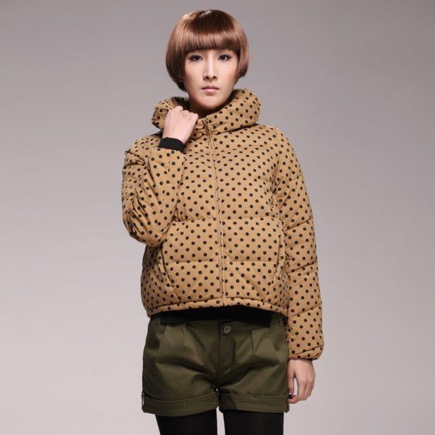 модные пуховики осень зима 2019-2020: куртка коричневая короткая в горох