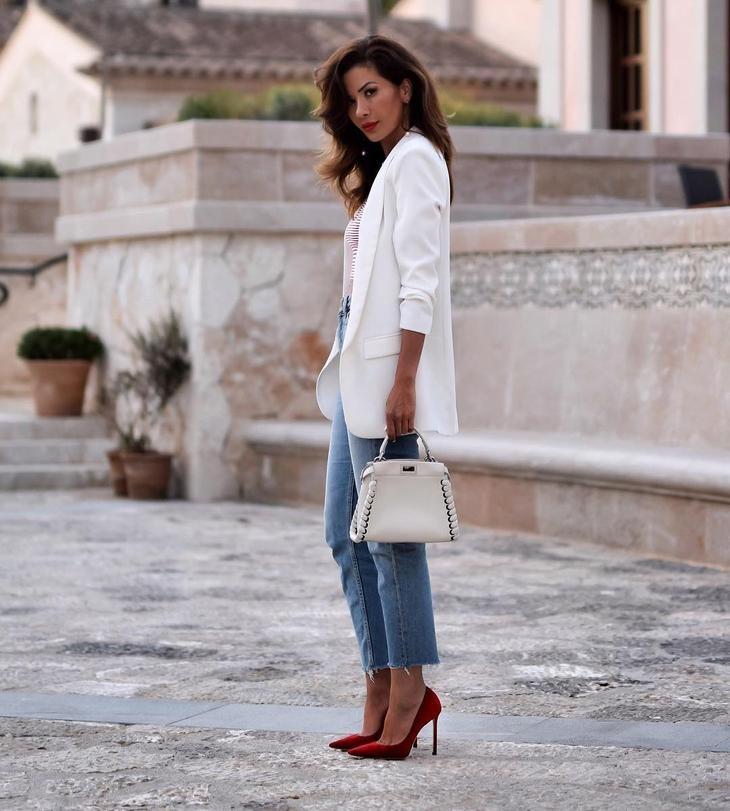 модные сеты 2018: синие джинсы под белый пиджак
