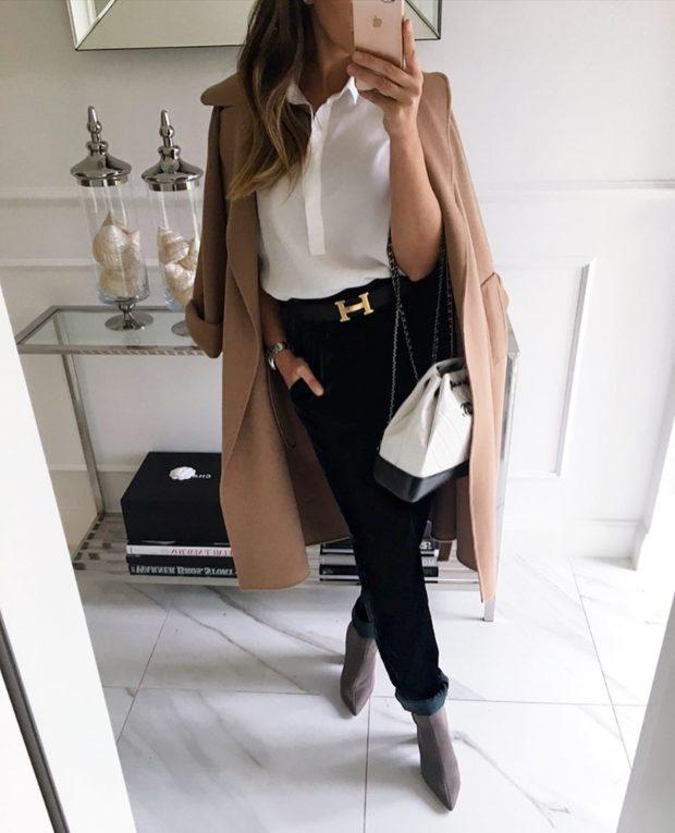 модные сеты 2019-2020: черные штаны под блузку и пальто песочного цвета
