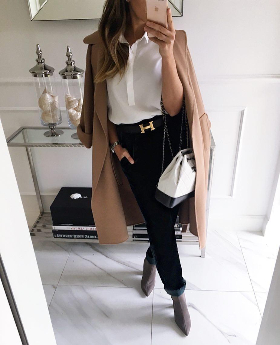 модные сеты 2018: черные штаны под блузку и пальто песочного цвета