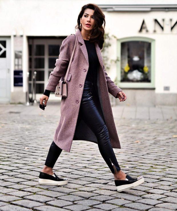 модные сеты 2019-2020: джинсы синие под пальто нежно-розовое