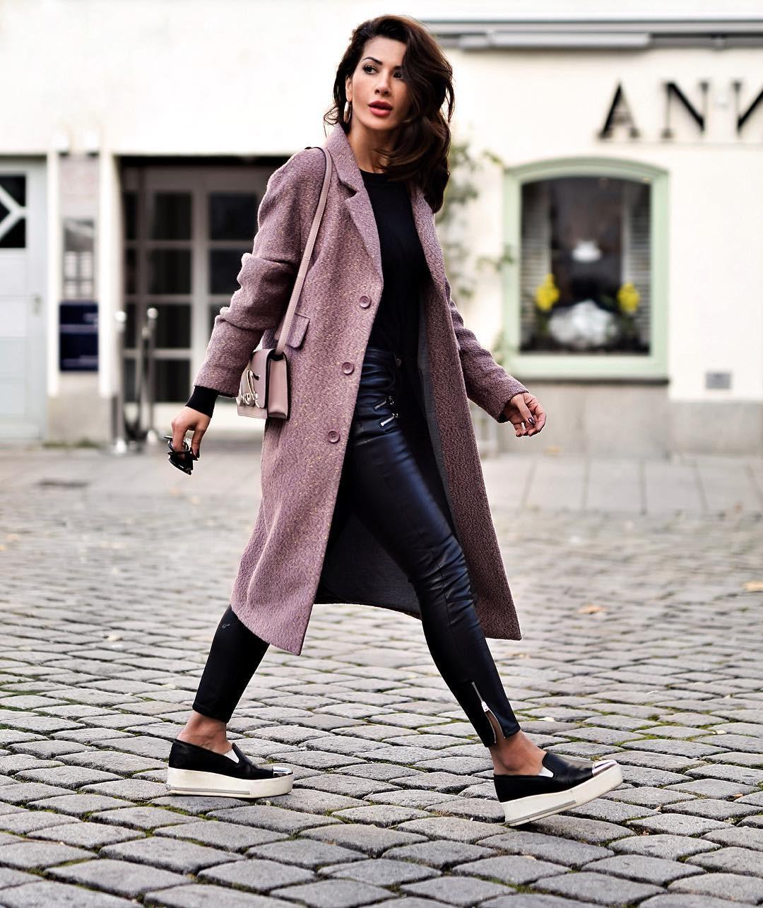 модные сеты 2018: джинсы синие под пальто нежно-розовое