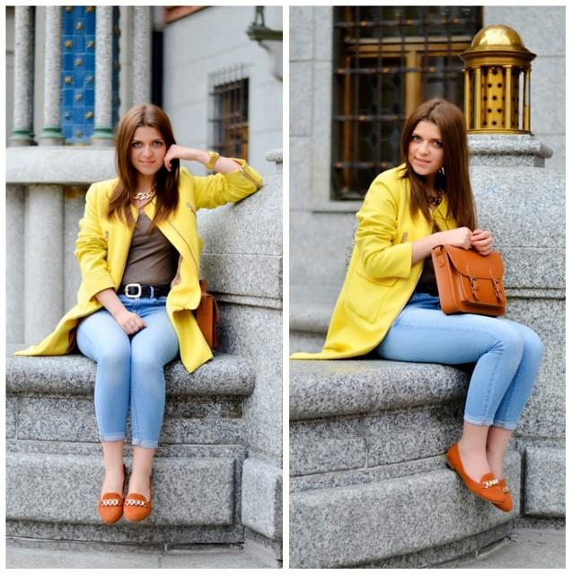 модные сеты: желтый жакет под синие джинсы