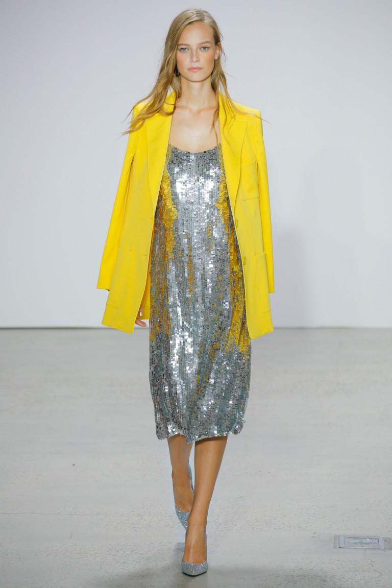 модные сеты 2018: желтый жакет под серебристое платье