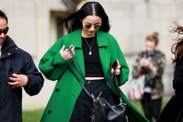 модные сеты: пальто изумрудного цвета под черные брючный костюм