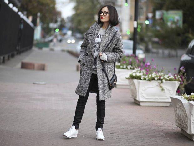 модные сеты: серое пальто под черные джинсы и белые кроссовки