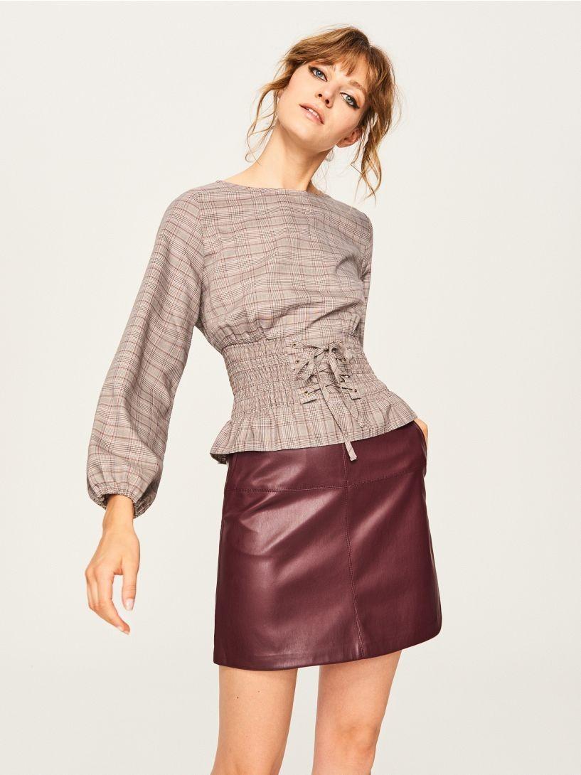 модные сеты 2018: короткая кожаная юбка под блузку