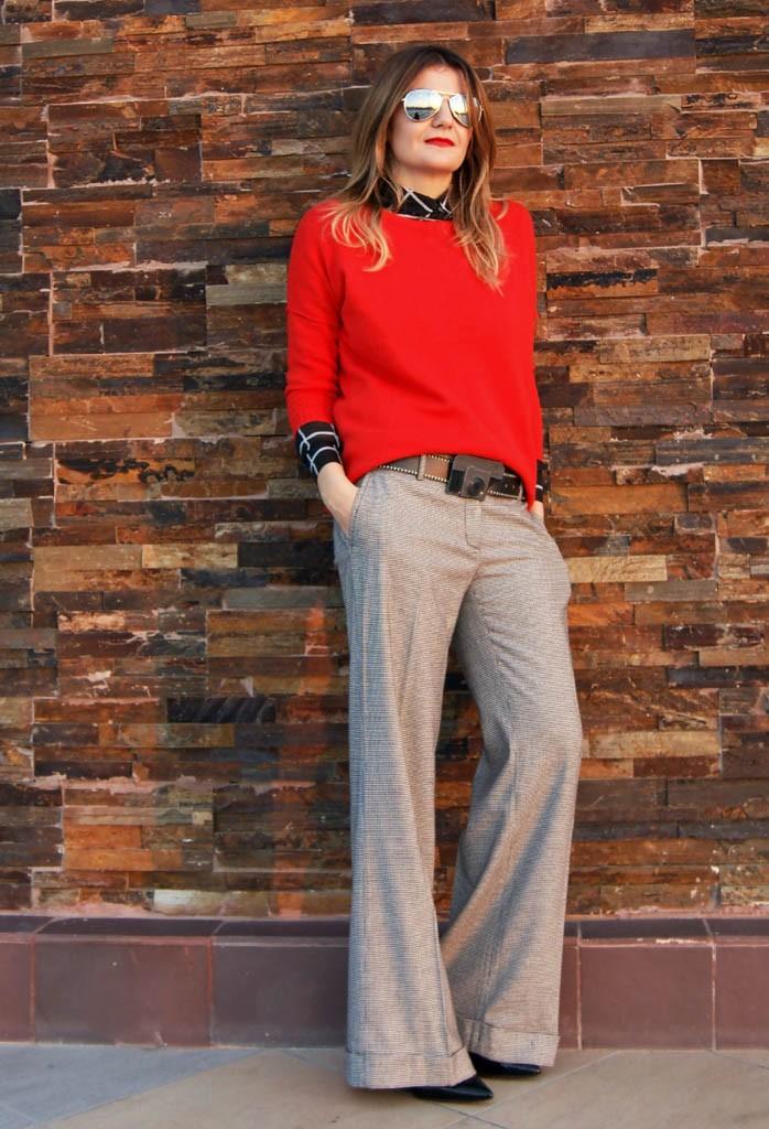 модные сеты 2018: широкие серые штаны под красную кофту