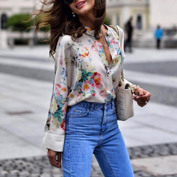модный сет: цветная блузка под синие джинсы
