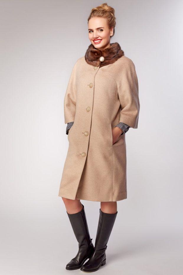 женское пальто осень-зима с меховым воротом светлое